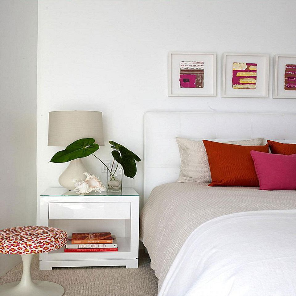 Decorating bedrooms with white walls for Things to decorate bedroom