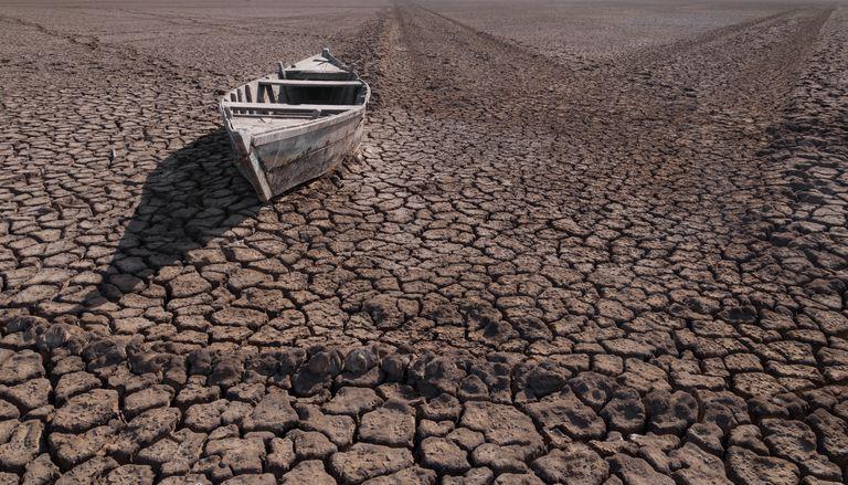 Barco varado en el desierto