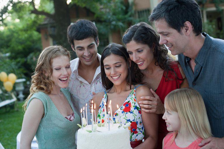 Familia celebrando el cumpleaños de su hija
