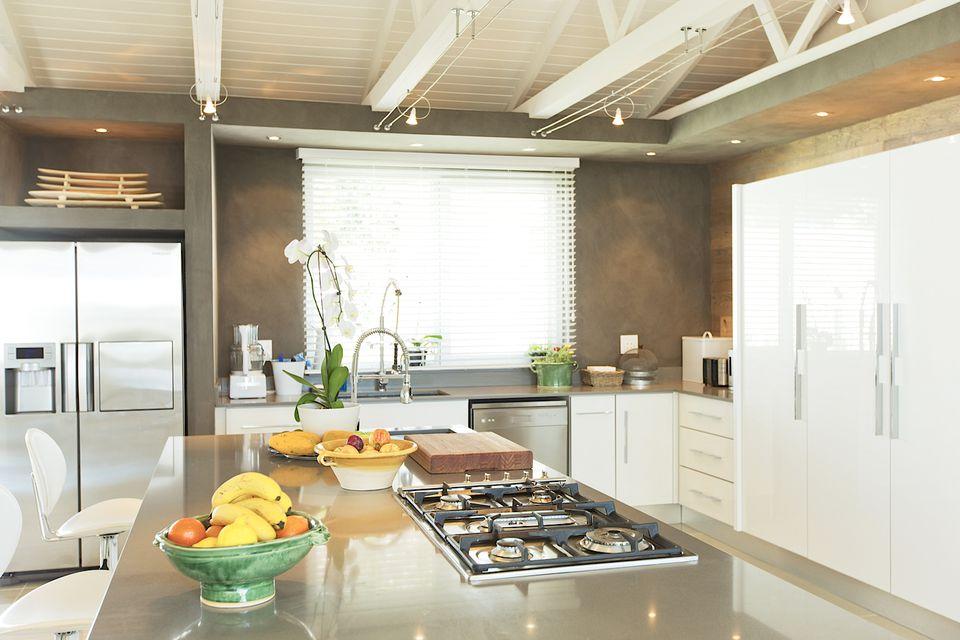 Decluttered modern kitchen