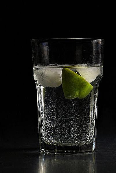 Gin_and_tonic_with_lime_c_NotFromUtrecht-at-Wikimedia-Commons.jpg