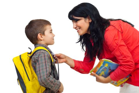 mama desea suerte al hijo en la escuela
