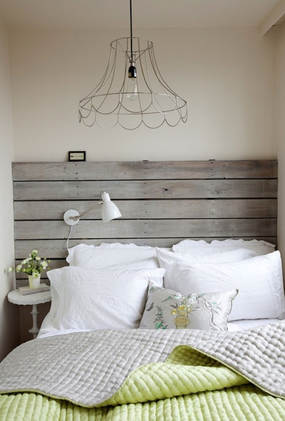 Beautiful bedrooms with wooden headboards for Beautiful bedroom pics