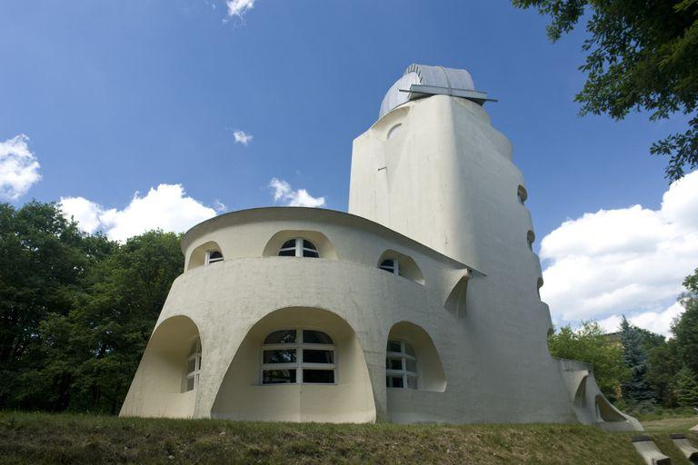 دید عقب برج ایشتین (Einsteinturm) در پوتسدام یک کار آزمایشی توسط معمار ارich Mendelsohn، 1920 است