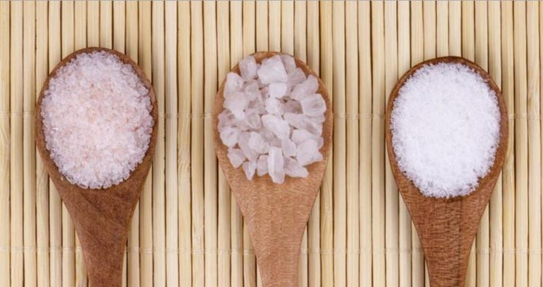 Reduce la sal en tus comidas para controlar la presión arterial.
