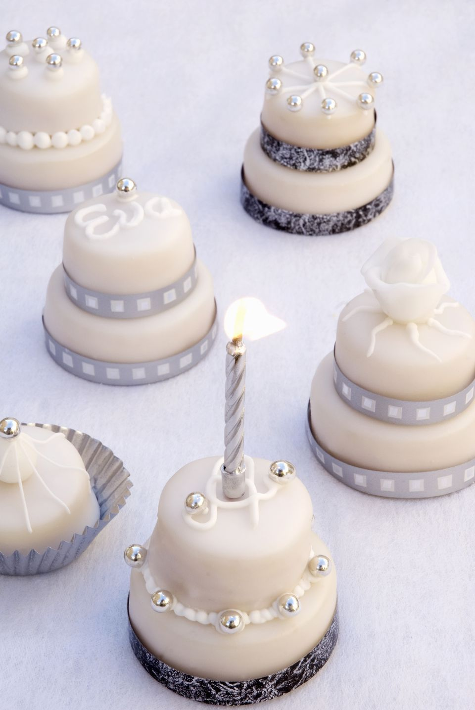 fondant pearls on mini cakes