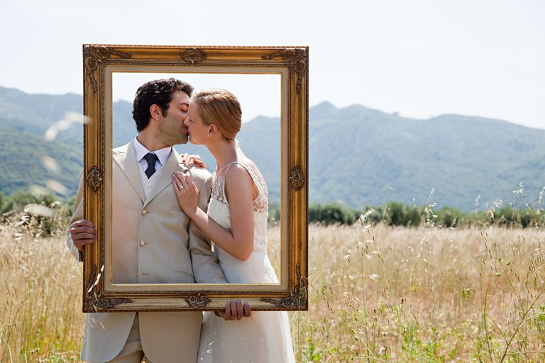 Pareja de recién casados besándose