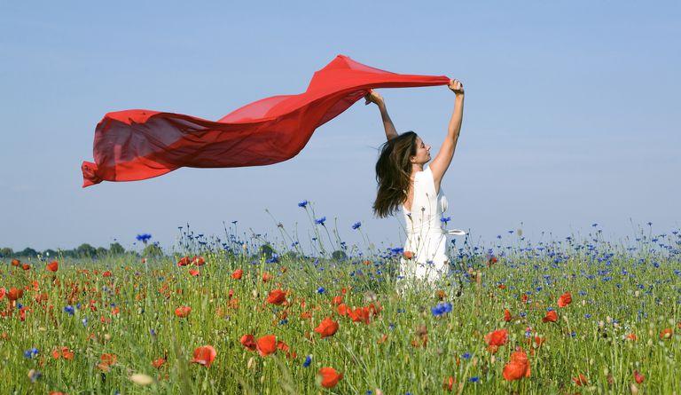 red-sheet-in-meadow-free-relaxed-RelaxFoto.de.jpg