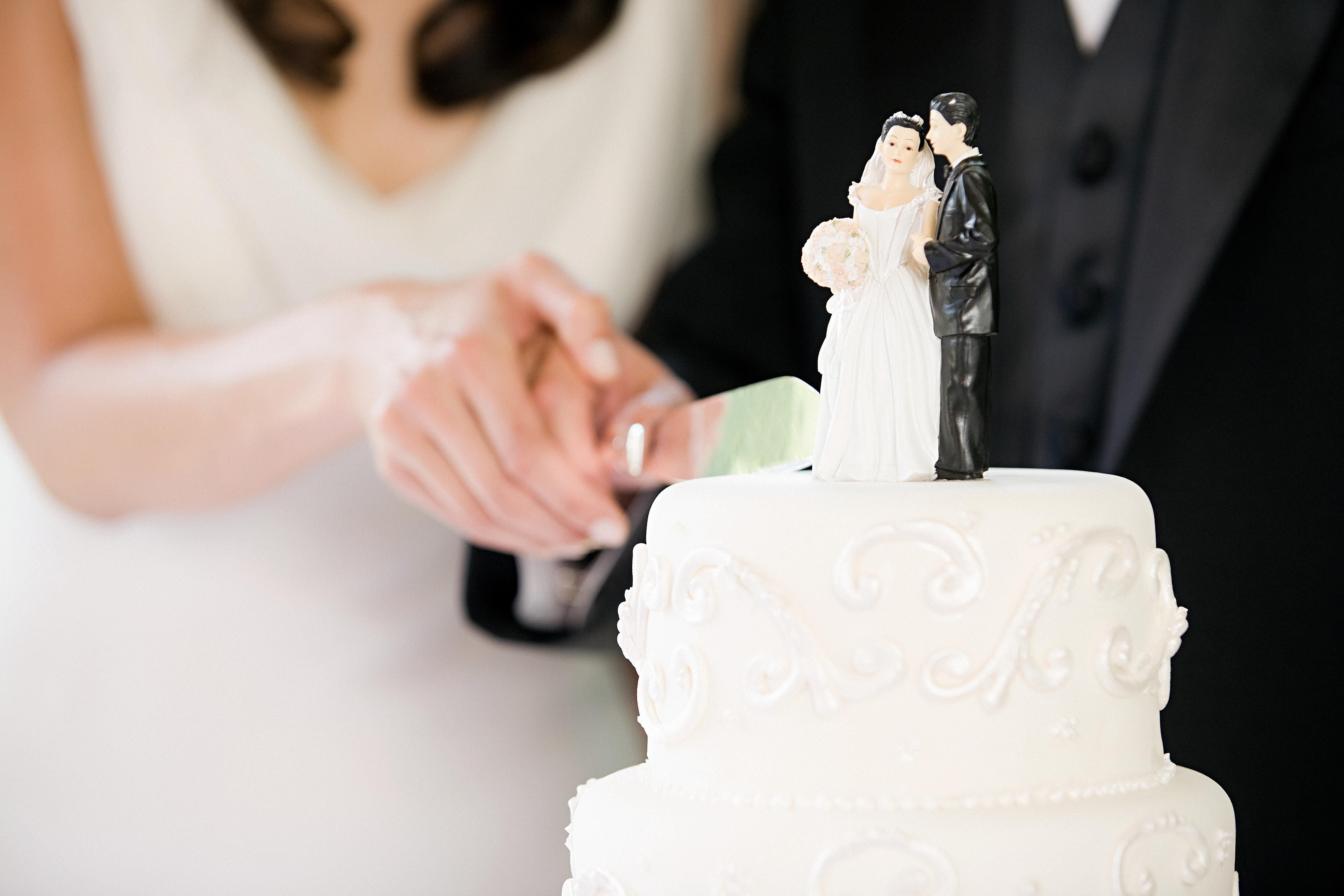 how do i cut a wedding cake 7 wedding cake traditions and their meanings 15368