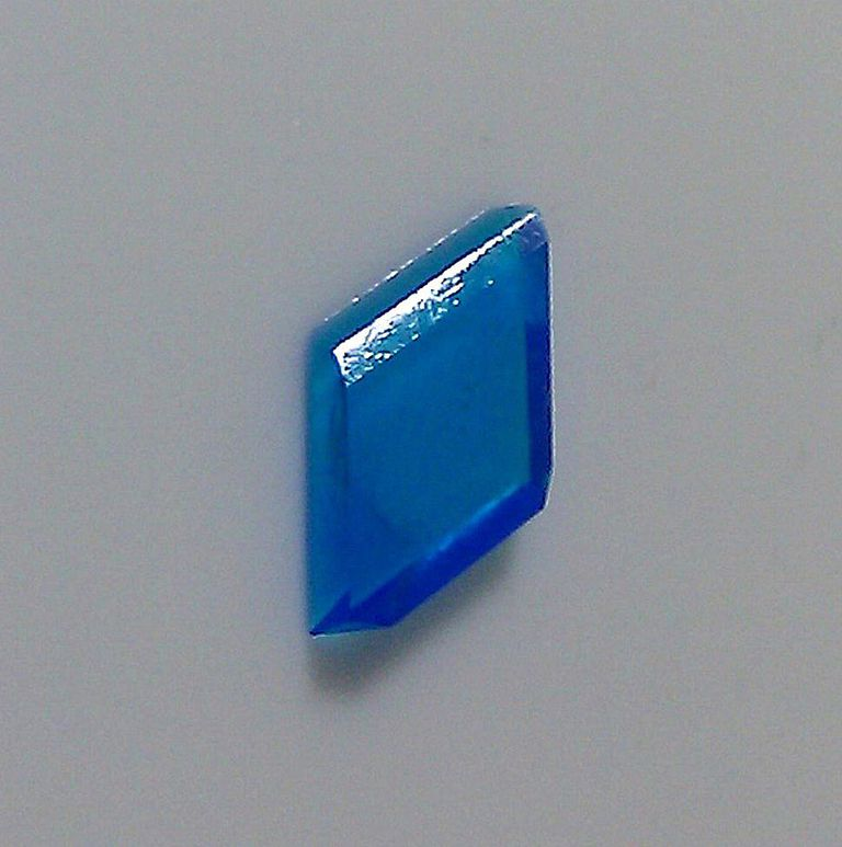 Blue crystal of copper sulfate pentahydrate. (Anne Helmenstine)