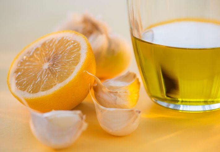 Ajo, limón y miel sobre una mesa