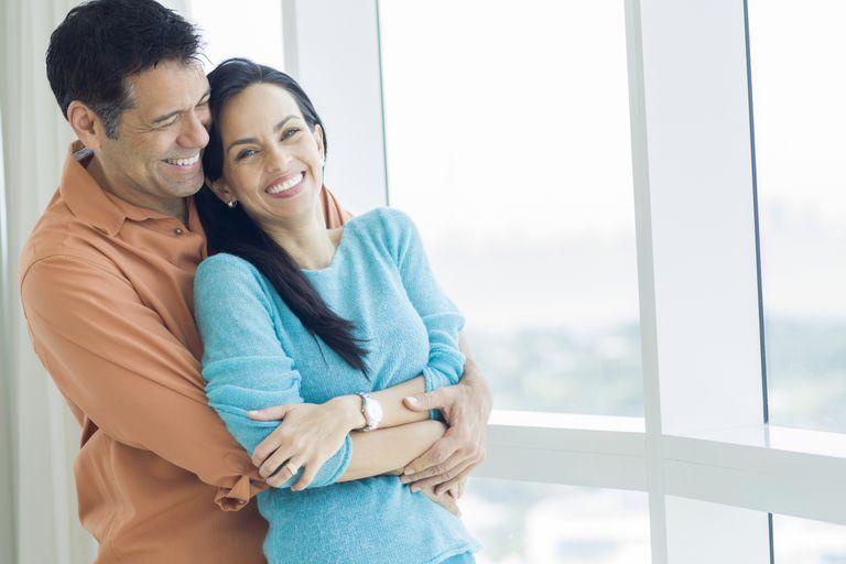 Madre soltera feliz en pareja
