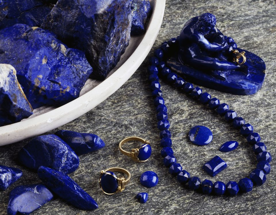 Lapis lazuli statuettes, necklaces and rings, silicate
