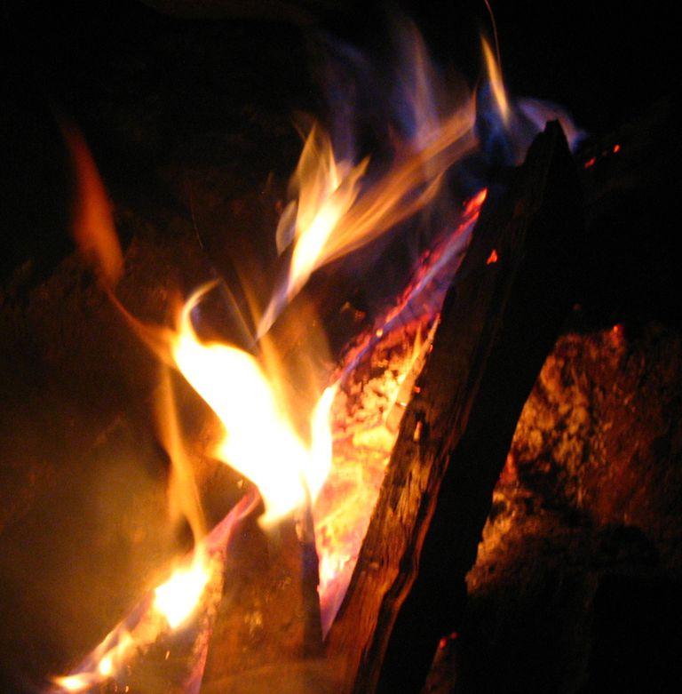 La combustión sencilla es la manera más primitiva de obtener energía de la biomasa.