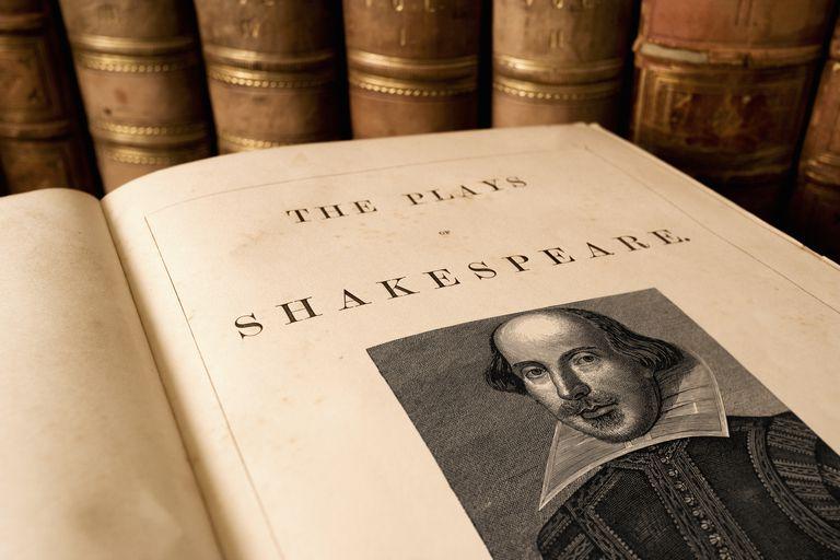 La portada de un libro antiguo de las obras de Shakespeare